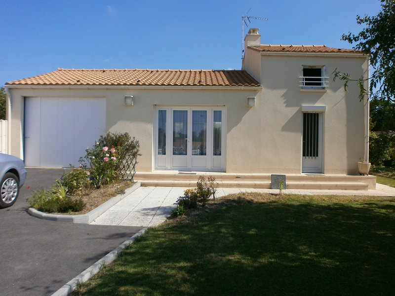 Nice house near the beach & terrace, vacation rental in Tharon-Plage