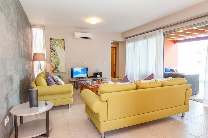 El Salobre Villa Sleeps 6 with Pool and Air Con - 5217945, holiday rental in Monte Leon