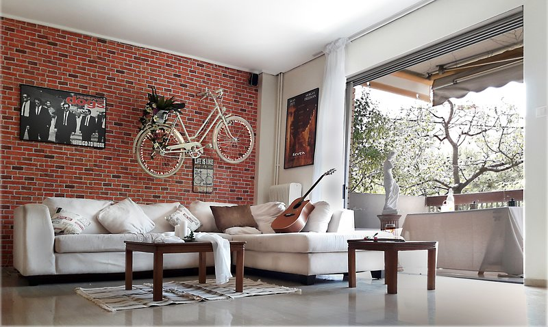 THE FAMOUS BIKE ON A WALL MUSIC AND MOVIE APARTMENT !!!, holiday rental in Nea Smirni