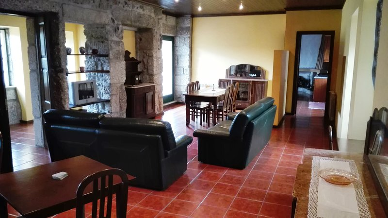 Spacious house with mountain view, alquiler vacacional en Revelhe