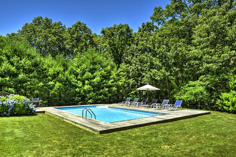 Stunning & Spacious Home. Walk to Harbor & Sunsets! Heated Pool & Outdoor Grill., vacation rental in Springs