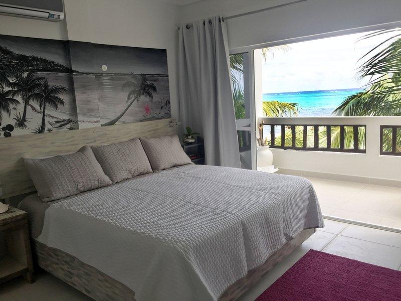 Camera con letto king size con vista sulla barriera corallina.