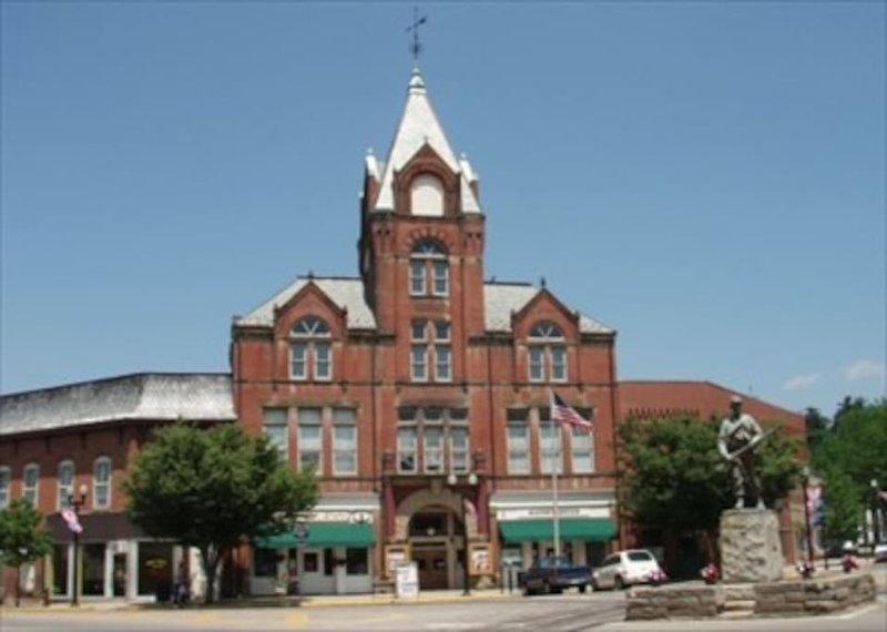La storica Twin City Opera House, e sede della Ohio Valley Opera, McConnelsville, Ohio