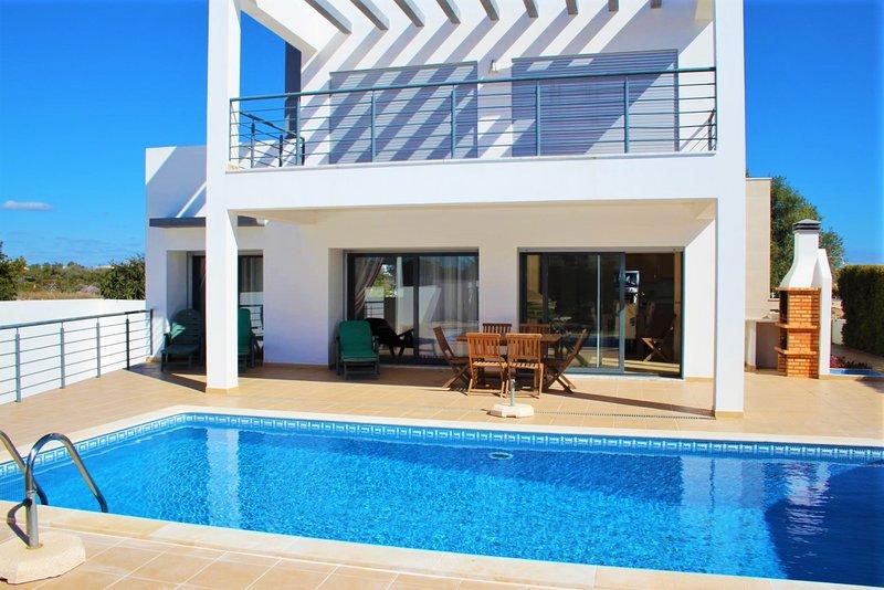 Villa with swimming pool, alquiler de vacaciones en Alcantarilha