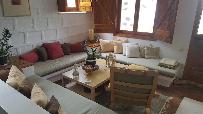 La sala de estar con vistas al jardín, las colinas y el mar neighbooring.
