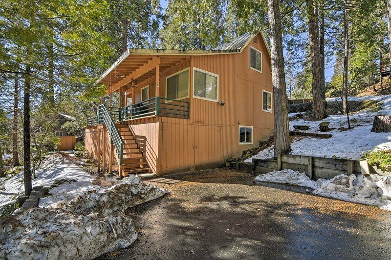 Ritiro a questa cabina casa vacanze Mi-Wuk Village nelle montagne di Cali!