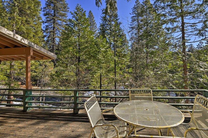Godetevi l'atmosfera rilassante della natura sulla terrazza privata arredata.