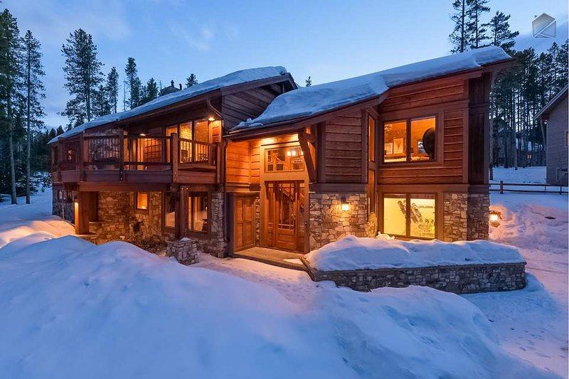 Kopf nach Haus zu einem warmen, traditionellen Bergheim nach einem ganzen Tag Skifahren oder Wandern.