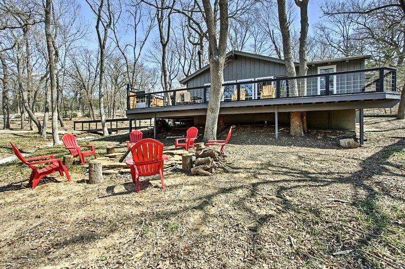 Enjoy lake-living at this Lake Texoma vacation rental cabin!