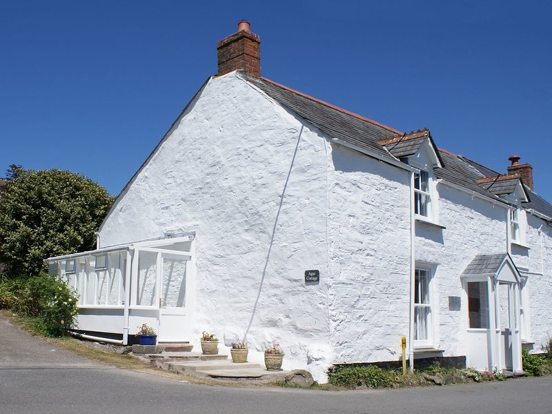AGAR COTTAGE, spacious, 400-year-old cottage in Trelights, an Area of, vacation rental in Port Gaverne