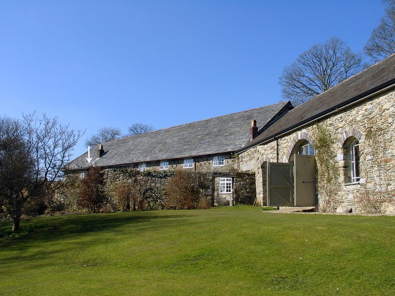 HARRY, charming converted barn with wood burning stove, piano and views in 30, holiday rental in Blisland