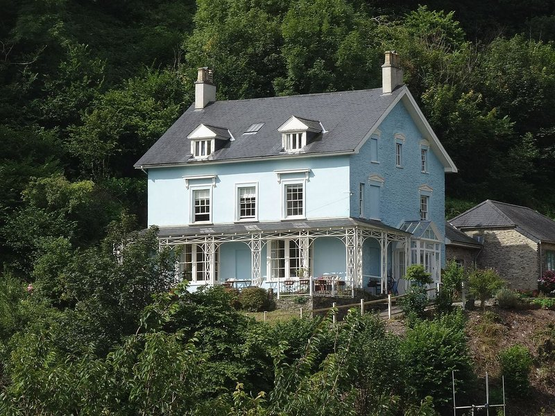 WOODLANDS, handsome Grade II listed Georgian townhouse with river views. In, holiday rental in Slapton