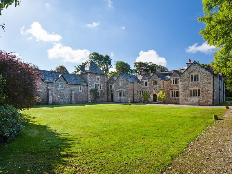 GREAT BIDLAKE MANOR, Stunning Grade II* listed manor house. Open fires, games, holiday rental in Lydford