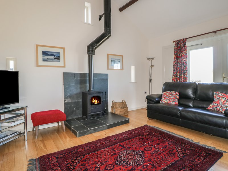 ESTHERS BARN, eco-friendly, open plan living space, underfloor heating, near, holiday rental in Lorton