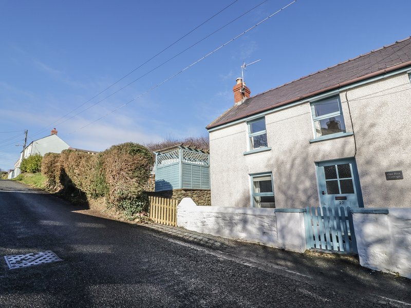 OLD POST COTTAGE, in Pembrokeshire Coast National Park, WiFi, in St Ishmaels, holiday rental in St Ishmaels