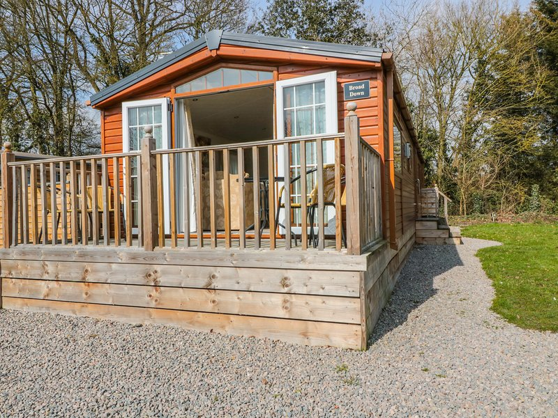 BROAD DOWN, ground floor detached lodge, dog-friendly, decked area, in Berrow, holiday rental in Uckinghall