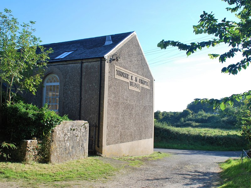 THORNE CHAPEL, original chapel features, open-plan, dog-friendly, Ref 941182, holiday rental in Stackpole
