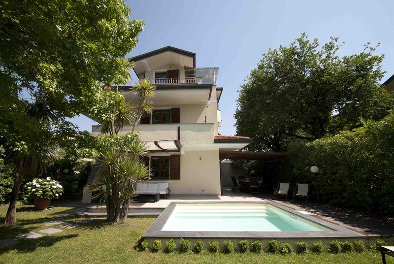 VILLA BIANCA 7 PAX with pool close to sea, located in Forte Dei Marmi, vacation rental in Forte Dei Marmi