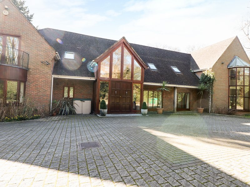 ABBOTS WOOD, detached house in three acres of grounds, indoor swimming pool and, casa vacanza a Warsash