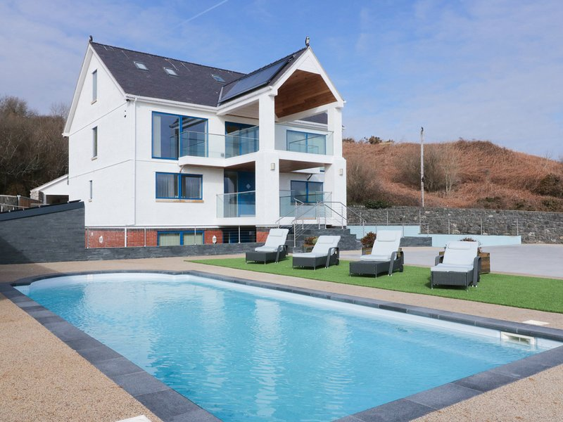 BEACH HOUSE APARTMENT, heated swimming pool, sea views, beach close by, in, aluguéis de temporada em Benllech