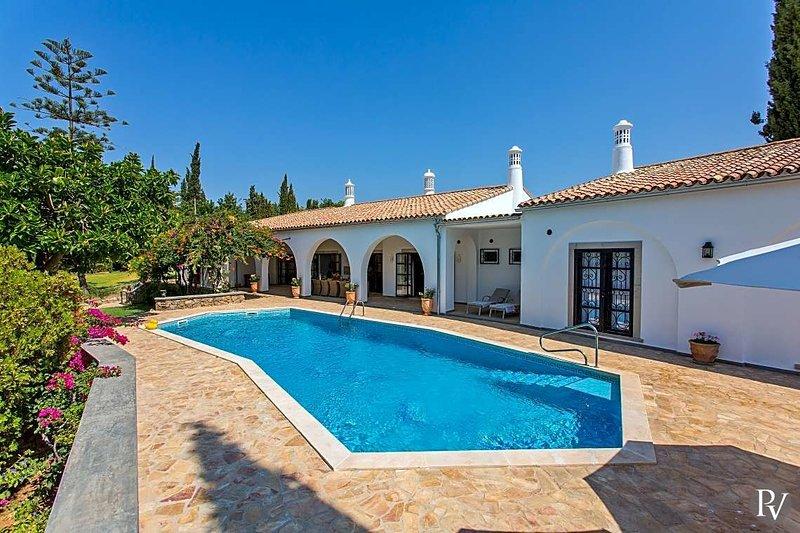 Lagos e Relva Villa Sleeps 10 with Pool and Air Con - 5604436, holiday rental in Estoi
