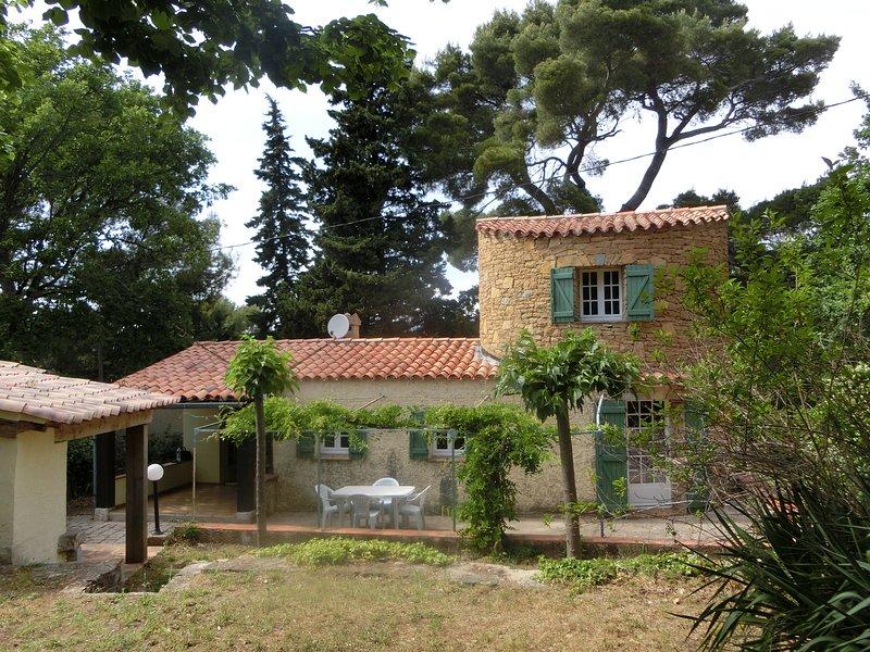 LE PIGEONNIER - Gite de charme pour 4 personnes max avec sa piscine privée, holiday rental in Signes