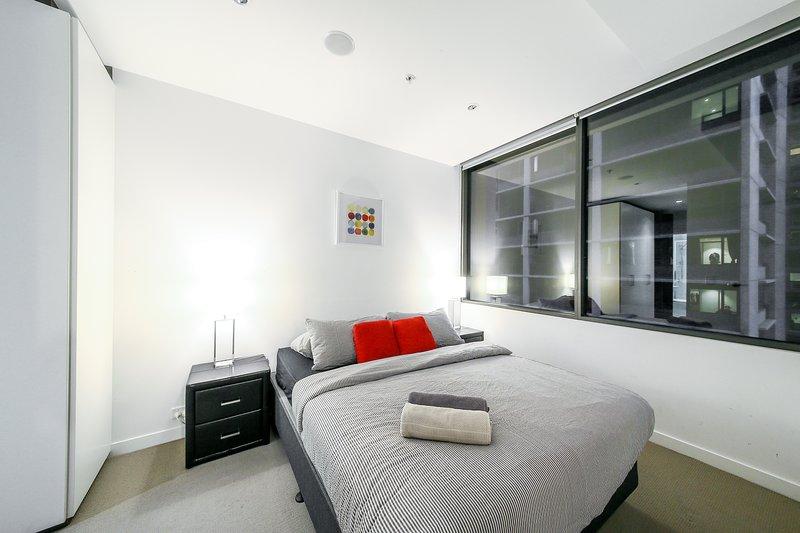 Ein Schlafzimmer mit einem Queen-Size-Bett und flauschigen Kissen!