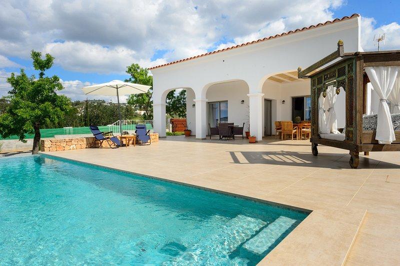 Sunshine House, up o 6+1 close to Ibiza town with private pool., location de vacances à Ibiza