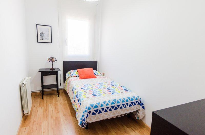 Habitación individual con mueble-estantería