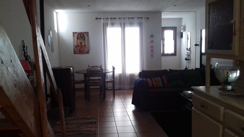 Charmante maison de village, aluguéis de temporada em Nezignan-l'Eveque