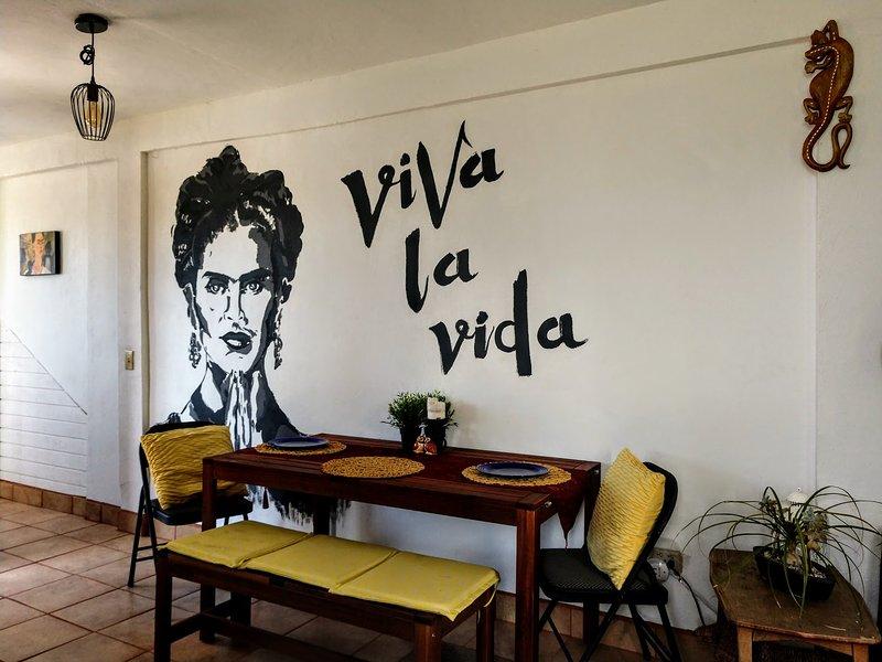 #CasaDeTONIC est colorée éclairée, artistiquement décorée et contient le plaisir trouve partout.