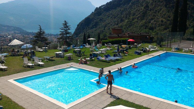 LA CASA SUL LAGO,  PISCINA, TENNIS, TERRAZZO PANORAMICO, holiday rental in Riva Del Garda