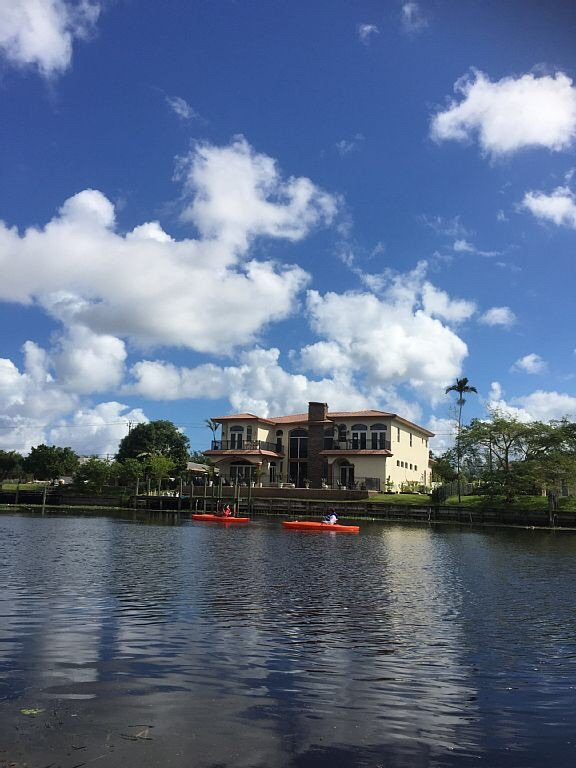 Waterfront Luxury Rental - Private Boat Dock, Pool Hot Tub, Home Theater, alquiler vacacional en Lake Worth