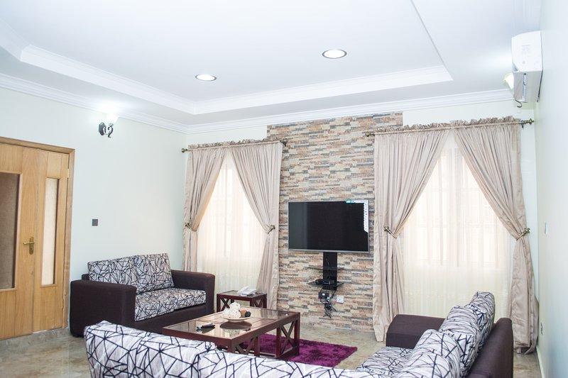 Three Bedroom Fully Furnished, Ferienwohnung in Oyarifa