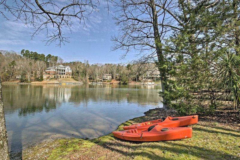 Este lote frente al lago cuenta con acceso a un muelle compartido y 2 kayaks.