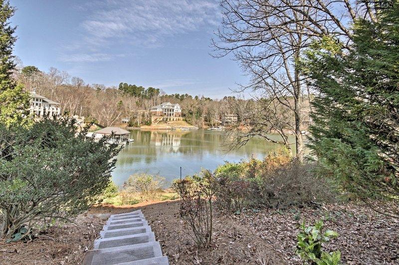 Situado justo en el lago Wylie, esta casa es seguro que será un nuevo favorito de la familia!