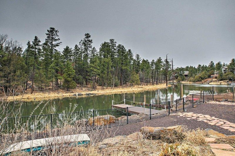 Eine private Anlegestelle am Rainbow Lake dient als die Kabine des Hinterhof.
