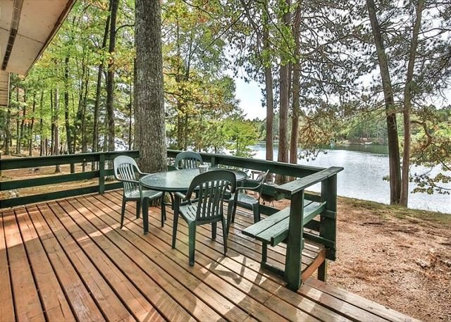 Seven Pines - Lakefront cottage on West Bay of Little Saint Germain Lake, holiday rental in Saint Germain