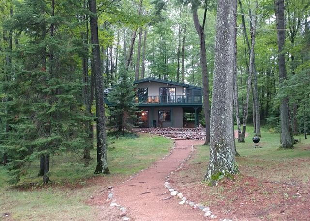 Pinewood - Hiller Vacation Homes - Private Setting - 215 Feet of Frontage, holiday rental in Arbor Vitae