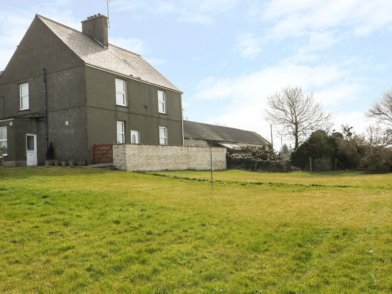 BODNOLWYN HIR, countryside, perfect for travellers, spacious retreat, in, holiday rental in Llanerchymedd
