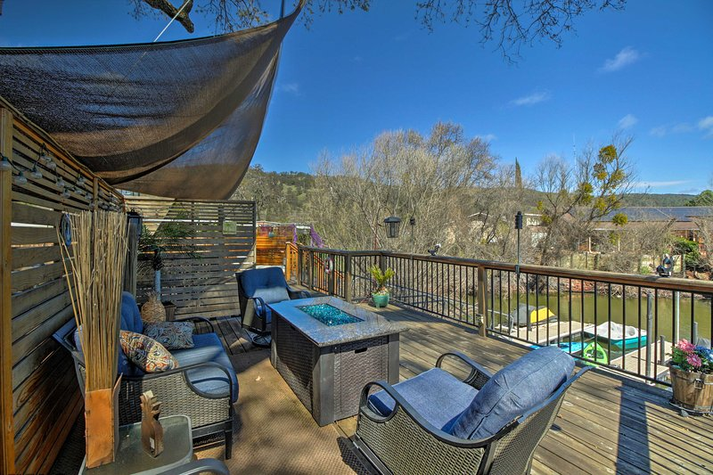 Cozy Clearlake Oaks Home w/Game Room, Dock & Deck!, holiday rental in Soda Bay