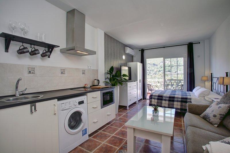 APARTAMENTO CON DOS DORMITORIOS CON TERRAZA, holiday rental in Monda