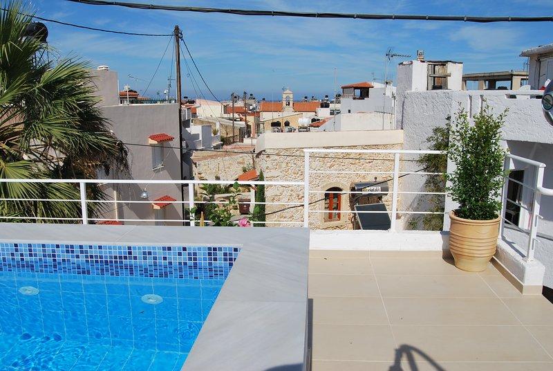 Dachterrasse mit Blick auf das Meer hinter der Altstadt