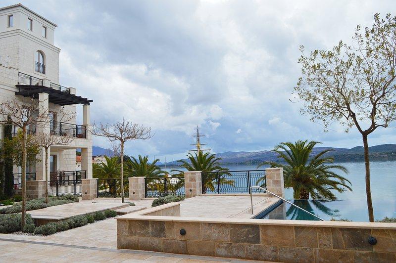 """il cortile con piscina panoramica al primo piano in residence """"Ksenia"""""""
