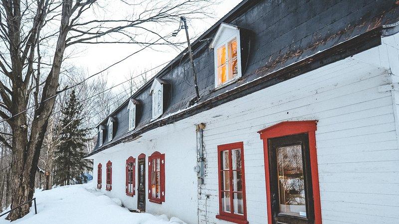 Die Vorderseite des Hauses, mit Blick auf den Sankt-Lorenz-Strom, bedeckt von einem feinen Schneeblatt.
