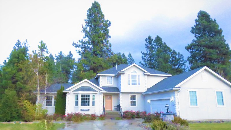 20+Guests•Luxury, Legal 6 Bedroom Home w/ 60+ Five Star Reviews•Forest Views, Yet Mins to Downtown.