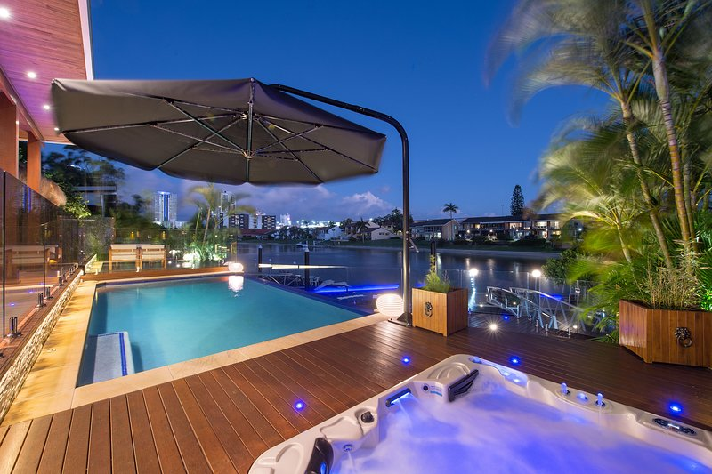 VOGUE HOLIDAY HOMES - ZEN   (POOL / JACUZZI / SAUNA / JETTY), vacation rental in Burleigh Waters
