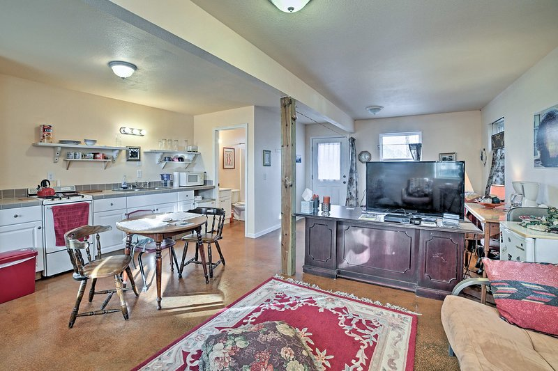 This cozy unit sleeps up to 5 guests and is a 7-minute walk from the lake.