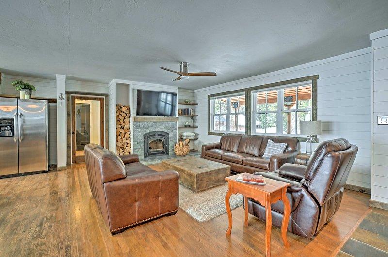 Cozy McCall Home w/ Hot Tub; Walk to Payette Lake!, aluguéis de temporada em Tamarack