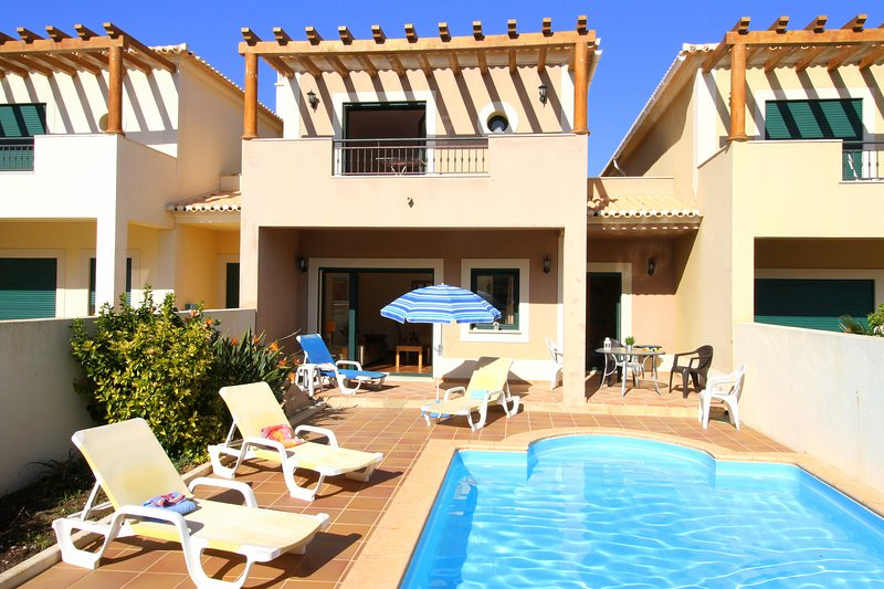 DomusIberica Casa 25.With full air-conditioning, private pool and walk to beach., vacation rental in Burgau